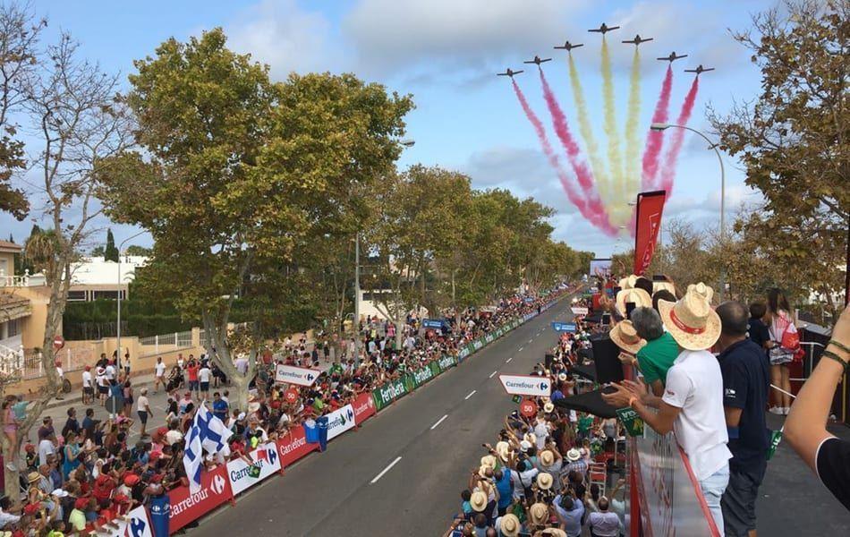 La Patrulla Aguila forma la bandera de España en el final de la Vuelta