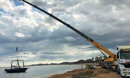 Se retira una embarcación de diez metros semivarada por orden de Medio Ambiente en la playa de Los Urrutias
