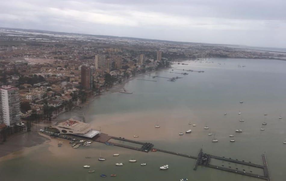 Las brigadas de limpieza retiran mas de 90m3 de cañas en dos días posteriores de lluvias en la zona de Mar Menor