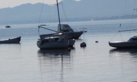 Retiran las boyas ilegales en el Mar Menor