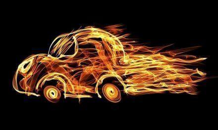 Explota un coche en un descampado de San Pedro del Pinatar