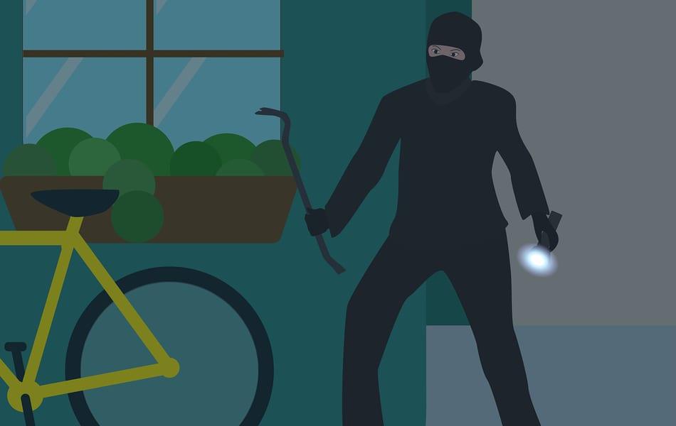 Un joven huye de la policía con una televisión robada en una bicicleta en Los Alcázares