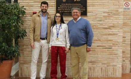 El alcalde de Los Alcázares recibe a la medallista alcazareña Lidia Galindo