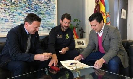 El alcalde de San Javier recibe al Jefe de Protección Civil, Fernando Postigo tras recibir la Medalla al Mérito del Ministerio del Interior