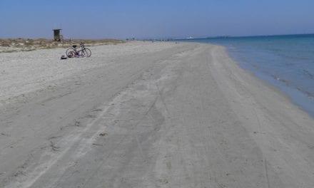 Las playas de Cartagena renuevan las banderas azules, el Mar Menor no ha podido dada la situación de sus aguas