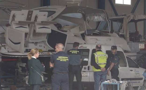 Dos  personas heridas al explotar la embarcación que reparaban en una nave de La Ribera