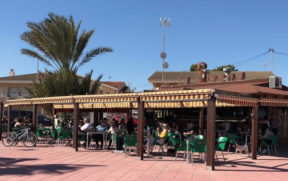 Una caña gratis a cambio de un vaso lleno de colillas en El chiringuito de La Sirena de Los Narejos, Los Alcázares
