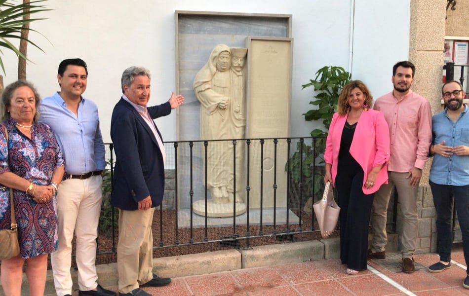 El mausoleo original del matrimonio fundador de Santiago de la Ribera ya se puede ver en la fachada de la iglesia