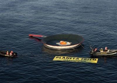 Greenpeace instala una sartén gigante en La Manga del Mar Menor para protestar contra el calentamiento global