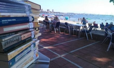 """La biblioteca de San Javier ofrece en los chiringuitos """"Lecturas chiringuiteras"""" en Santiago de la Ribera y La Manga"""