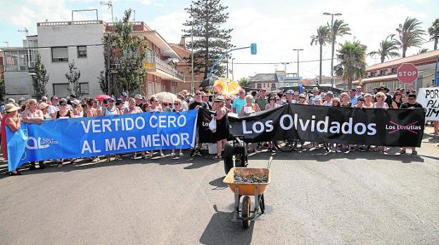 Los vecinos de Los Urrutias exigen unas playas sin lodos y con paseo marítimo y balnearios