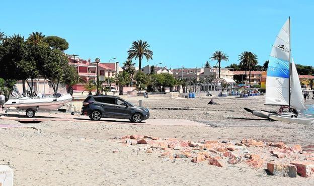 Se desatan las quejas en la playa de Castillicos de San Javier por trazado erróneo del canal de embarque