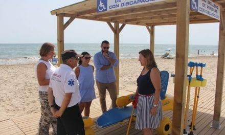 La playa de El Mojón amplía sus servicios con un punto de baño accesible