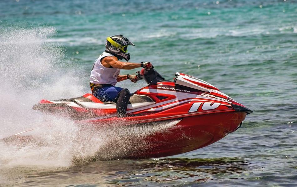 Montar en caballos acuáticos en el Mar Menor, actividades náuticas activan el turismo en la laguna salada