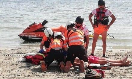 Un socorrista  recibe un puñetazo al amonestar a una persona por invadir una zona de baño con su barco en La Manga