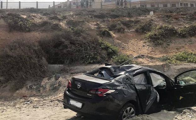 Dos heridos al caer con el coche a una playa en La Manga del Mar Menor