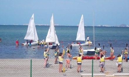 Música, playa y deportes náuticos para los jóvenes en el campamento 'Arbolar Beach Rock' a orillas del Mar Menor