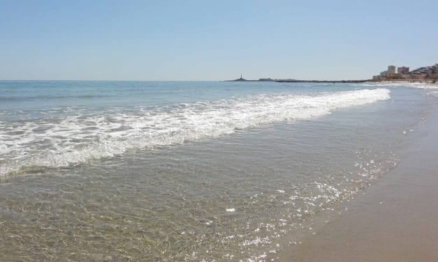 Cierran tres playas en La Manga del Mar Menor por el trágico accidente aéreo