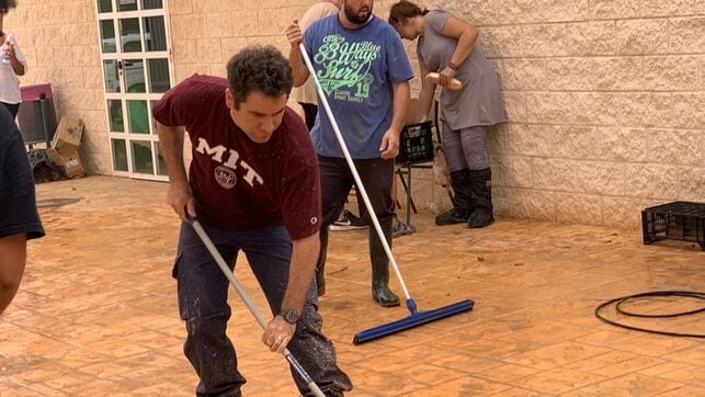 Teodoro García Egea se  pone un mono y ayuda en las tareas de limpieza de San Javier