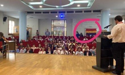 NN GG acusa a Juventudes Socialistas de Los Alcázares de tapar un retrato del Rey con una bandera republicana