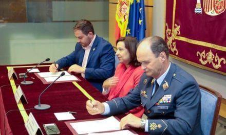 El alcalde de Los Alcázares firma un convenio con la defensa para que la base militar se reactive