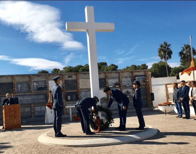 La Academia General del Aire recuerda a los Caídos por la Patria en el cementerio de San Javier
