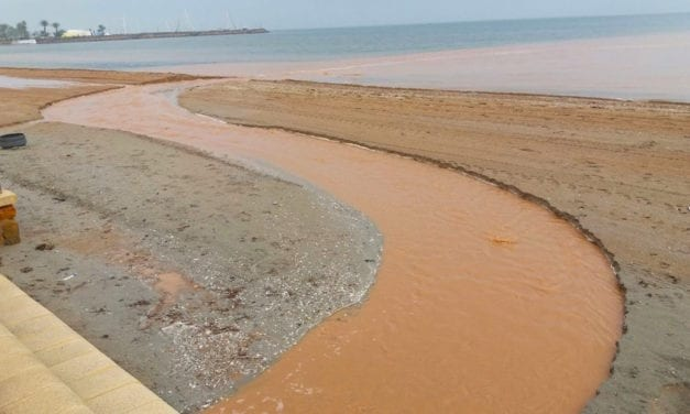 La limpieza de las calles de Santiago de la Ribera manda el agua embarrada al Mar Menor