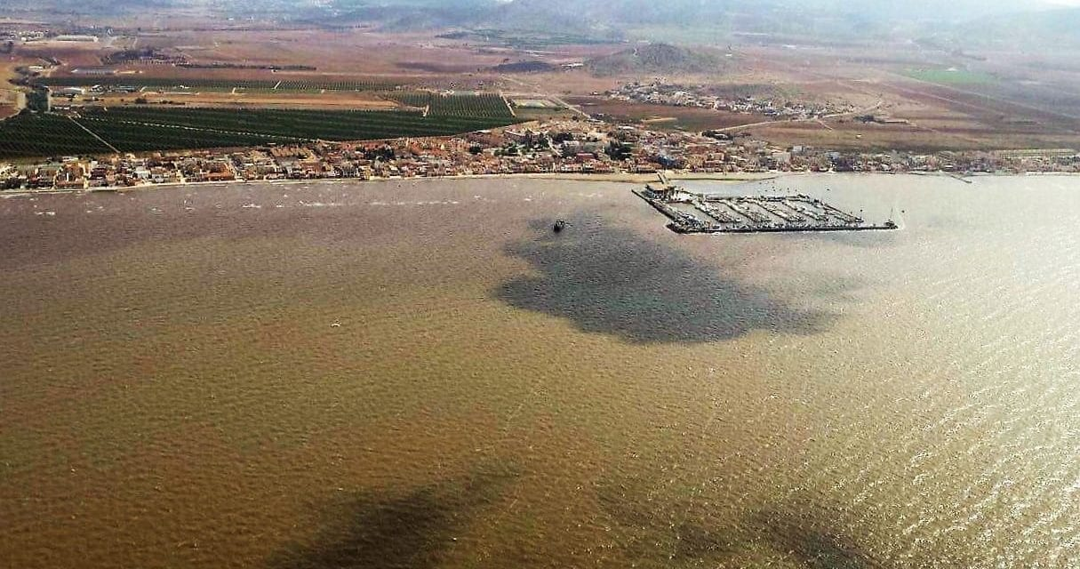 La Reina pregunta en Los Alcázares por el color del mar Menor ¿El color marrón del Mar Menor es normal?