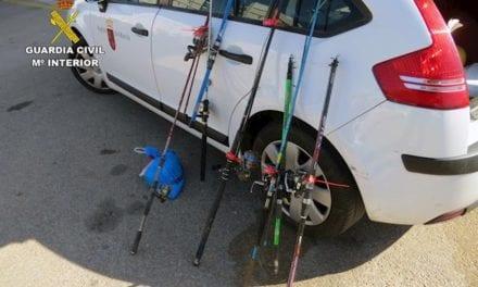 Guardia Civil denuncia a 120 personas por pescar en zonas prohibidas en el Canal del Estacio de La Manga del Mar Menor