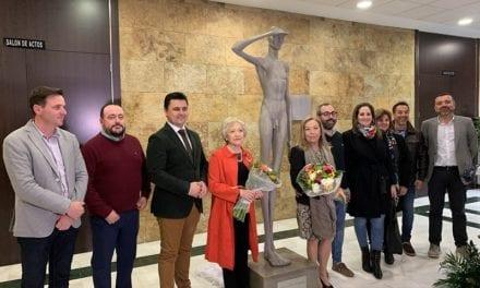Donan una escultura del escultor y pintor José Julián Buhígues al Ayuntamiento de San Javier