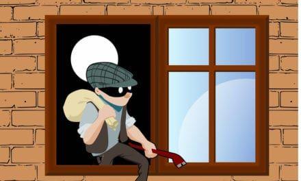 Soprenden a un ladrón huyendo por los tejados de las casas tras entrar en una vivienda en Santiago de la Ribera