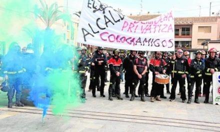 Bomberos hacen una protesta contra la privatización del servicio de emergencias
