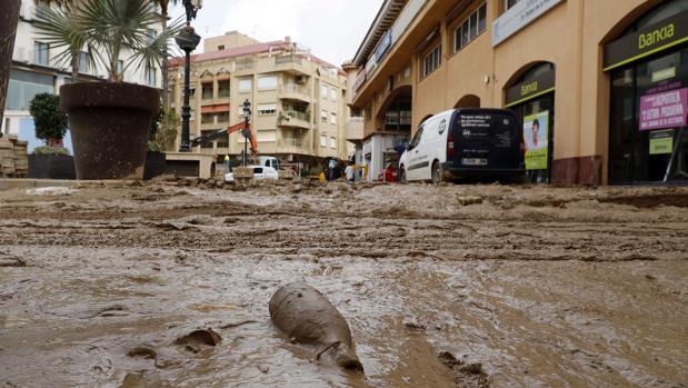 Muchas vías cortadas por la lluvia y petición de subir a la parte superior de las casas en Los Alcázares