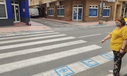 El ayuntamiento de Los Alcázares instala pictogramas en los pasos de peatones para personas con discapacidad