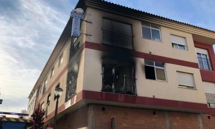 Incendio en una vivienda en San Javier y rescatan a sus moradores de la terraza del edificio