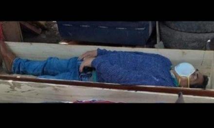 Un alcalde peruano simula su muerte en un ataúd mientras infringía el confinamiento