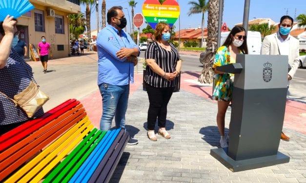 El ayuntamiento de Los Alcázares instala señales de tráfico y mensajes en apoyo al colectivo LGTBI  y el amor libre