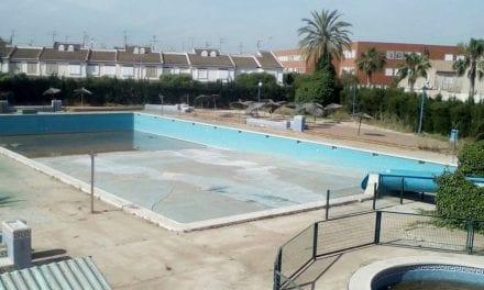 El Ayuntamiento de Los Alcázares y Aqualia acercan posturas para la apertura de la piscina Ola Azul