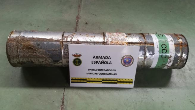 La Unidad de Buceadores de Medidas Contraminas de la Armada neutraliza una bengala de señales en La Manga del Mar Menor