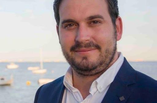 El alcalde de Los Alcázares, Mario Pérez rechaza la reposición continua de arena y pide muelles flotantes para los bañistas