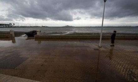 Una nueva tormenta vuelve a arrastrar toneladas de fango al Mar Menor