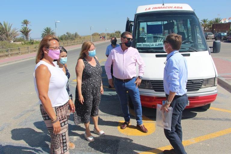Ayuntamiento y Comunidad facilitan el acceso a las playas del Parque Regional Salinas y Arenales de San Pedro con un servicio gratuito de autobús y un aparcamiento disuasorio