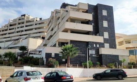 La comunidad de propietarios del Náutico Entremares de La Manga se comprometen a reformar el edificio ante la orden de desalojo