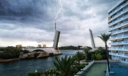 Un rayo obliga a cerrar el puente del Estacio en La Manga del Mar Menor
