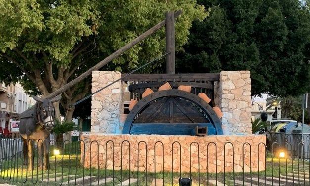 La noria de la finca Torre Mínguez, se expone restaurada a pocos metros de su ubicación original en Santiago de la Ribera