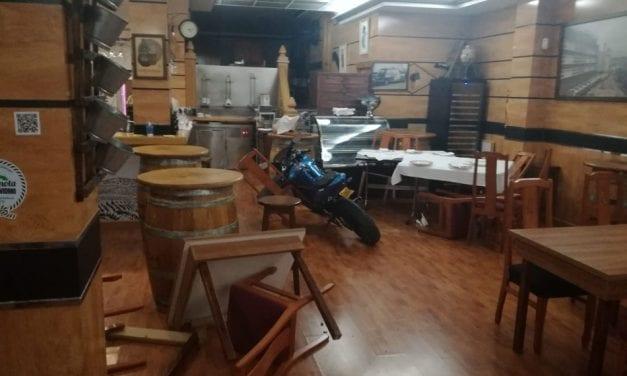 Tras una persecución en Santiago de la Ribera una moto acaba dentro de un restaurante