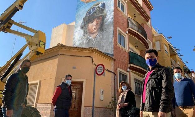 La calle Muñoz en Santiago de la Ribera ya tiene un nuevo mural de temática aviación