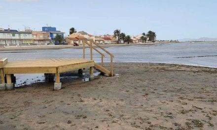 La nueva pasarela de Los Urrutias no sortea el fango